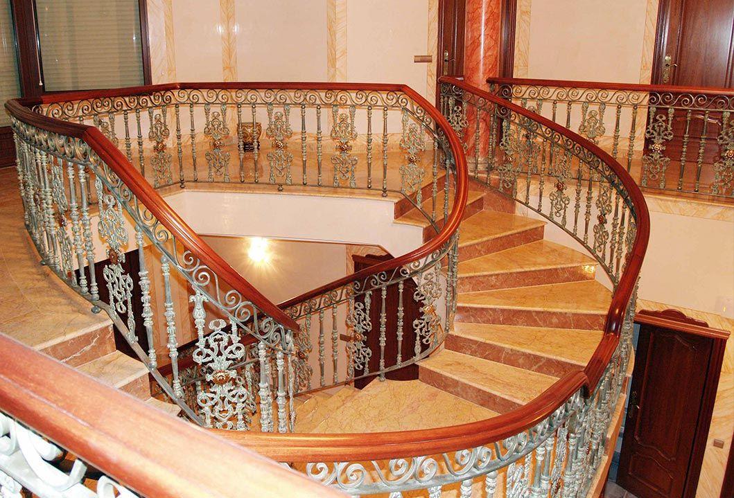Baranda de madera y hierro forjado para escaleras