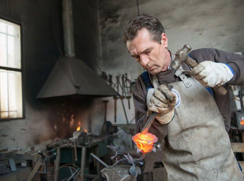 Vicente Gragera forjando una rosa en hierro