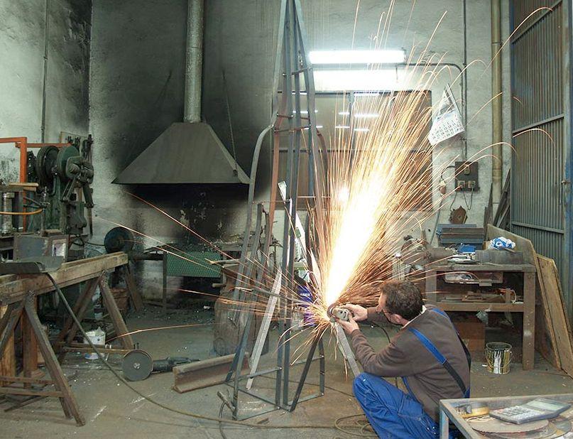 Vicente Gragera Almirante, Maestro Artesano trabajando la forja en el taller