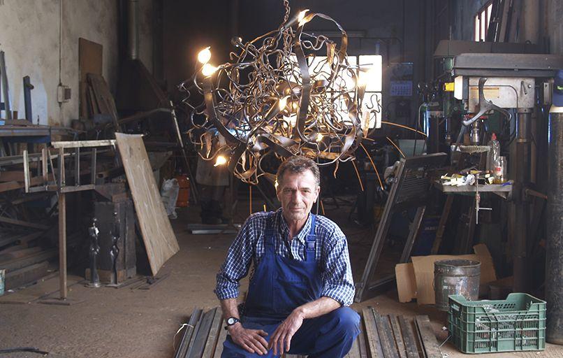 Vicente Gragera con una lámpara en forja artística de hierro