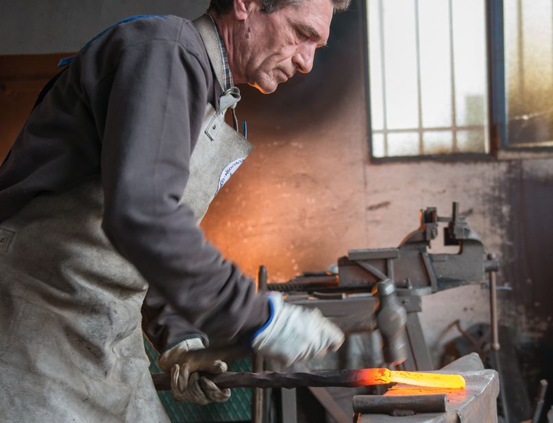 Vicente Gragera trabajando la forja en el taller